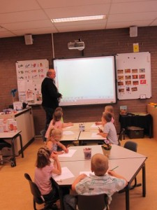 Jan van Santen voor de klas Regenboog Mondial Movers