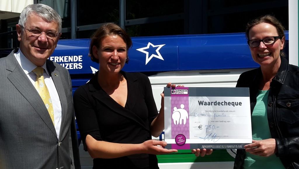 Stichting Armoedefonds uitreiking cheque verhuisfamilie