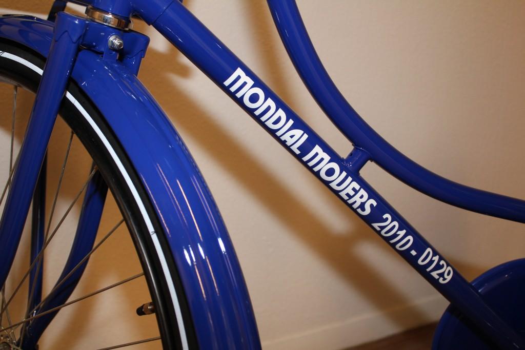 medewerker mondial movers fiets verhuizer