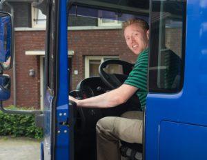 Chauffeur met verhuiswagen Mondial Movers