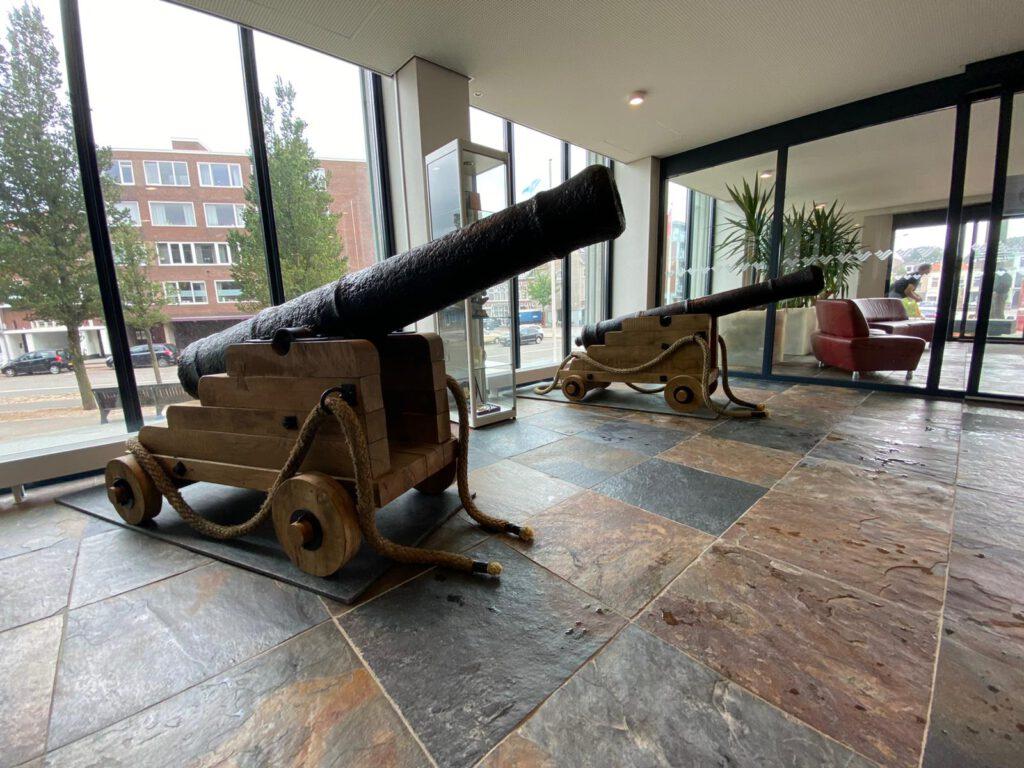 Mondial Vogel Verhuizingen verhuist twee eeuwenoude kanonnen.