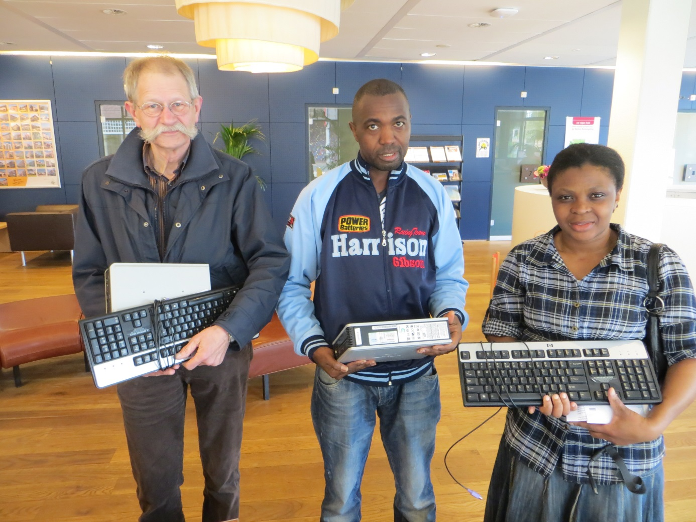 Woonstede en Waaijenberg schenken computers in Ede